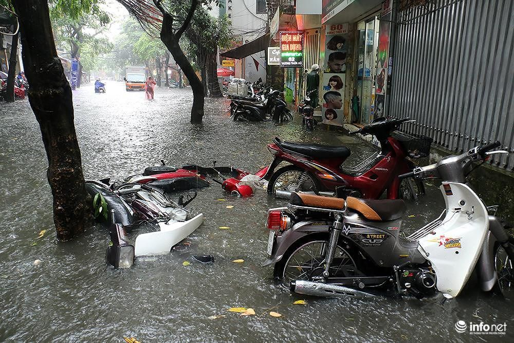 Mưa to các tuyến phố Hà Nội lại 'biến hình' thành sông Ảnh 7