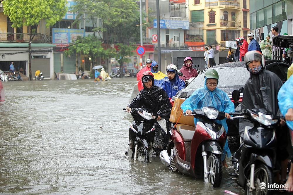 Mưa to các tuyến phố Hà Nội lại 'biến hình' thành sông Ảnh 3
