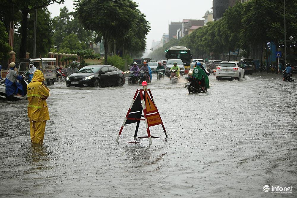 Mưa to các tuyến phố Hà Nội lại 'biến hình' thành sông Ảnh 12