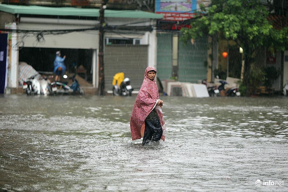 Mưa to các tuyến phố Hà Nội lại 'biến hình' thành sông Ảnh 2