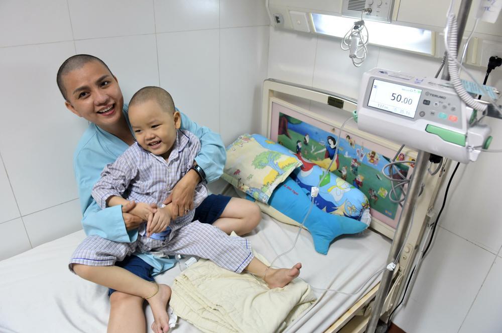 Người mẹ Quảng Nam cạo đầu để cùng con chiến đấu với ung thư Ảnh 2