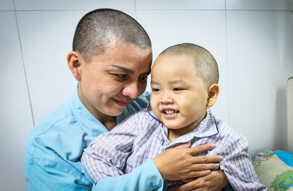 Người mẹ Quảng Nam cạo đầu để cùng con chiến đấu với ung thư Ảnh 3