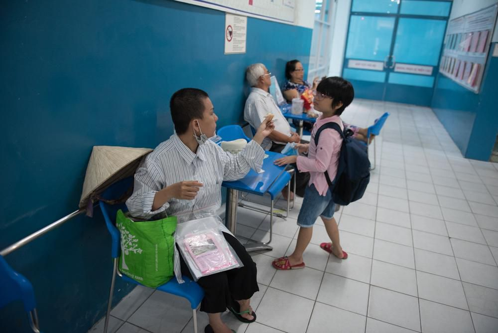 Người mẹ Quảng Nam cạo đầu để cùng con chiến đấu với ung thư Ảnh 4