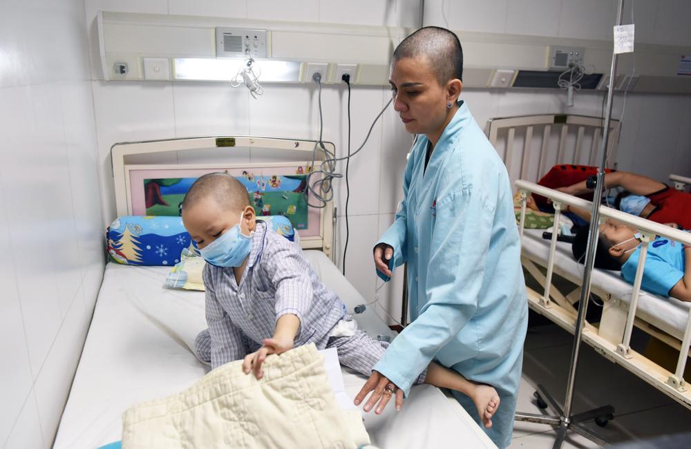 Người mẹ Quảng Nam cạo đầu để cùng con chiến đấu với ung thư Ảnh 1
