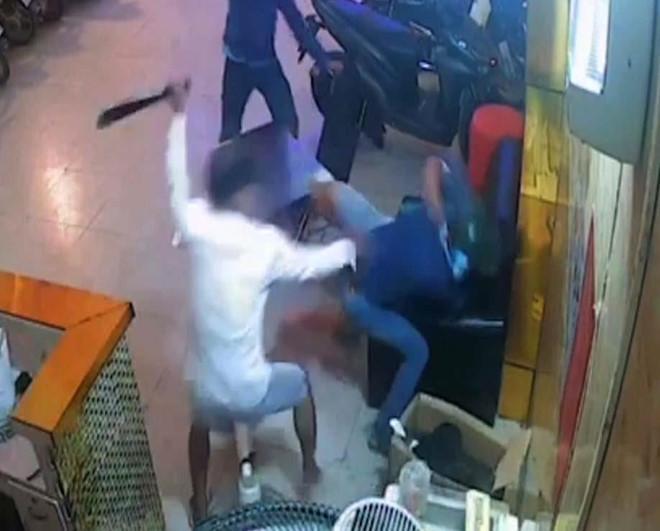 Nam thanh niên bị côn đồ chém gục trong quán karaoke ở Sài Gòn Ảnh 1
