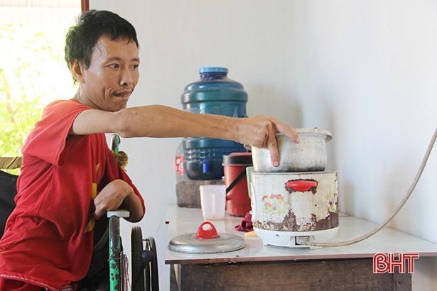 Thơm thảo tấm lòng con trai tật nguyền nuôi mẹ già bệnh tật ở Can Lộc Ảnh 3