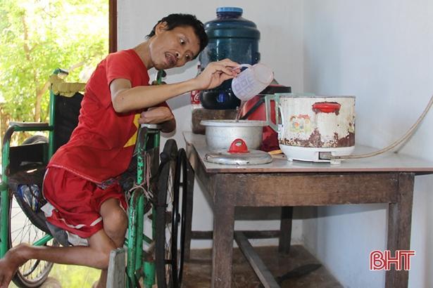 Thơm thảo tấm lòng con trai tật nguyền nuôi mẹ già bệnh tật ở Can Lộc Ảnh 2