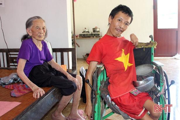 Thơm thảo tấm lòng con trai tật nguyền nuôi mẹ già bệnh tật ở Can Lộc Ảnh 1