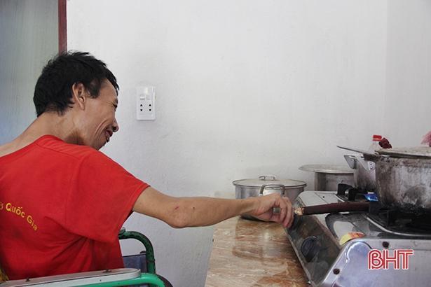 Thơm thảo tấm lòng con trai tật nguyền nuôi mẹ già bệnh tật ở Can Lộc Ảnh 4