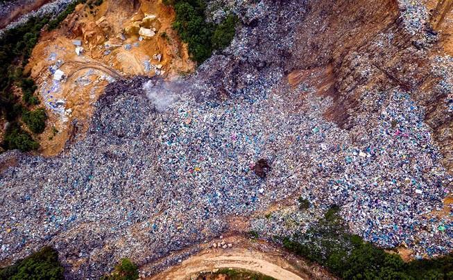 Núi rác Cam Ly sạt lở chôn lấp đất đai, hoa màu của người dân Ảnh 1