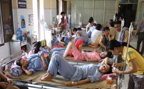 Giường dịch vụ 4 triệu đồng và bệnh nhân nằm ghép Ảnh 1