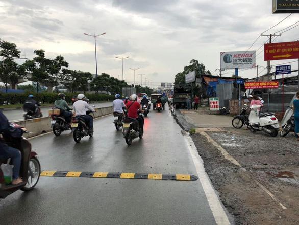 Tháo bỏ gờ giảm tốc gây tai nạn chết người trên xa lộ Hà Nội Ảnh 1