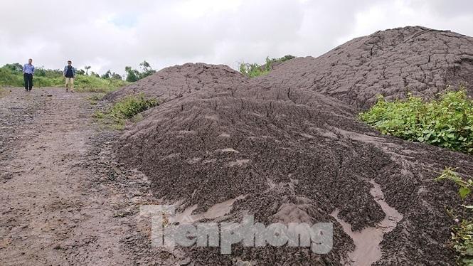 Chất thải nhà máy Alumin Nhân Cơ đổ trái phép gần nhà dân Ảnh 4
