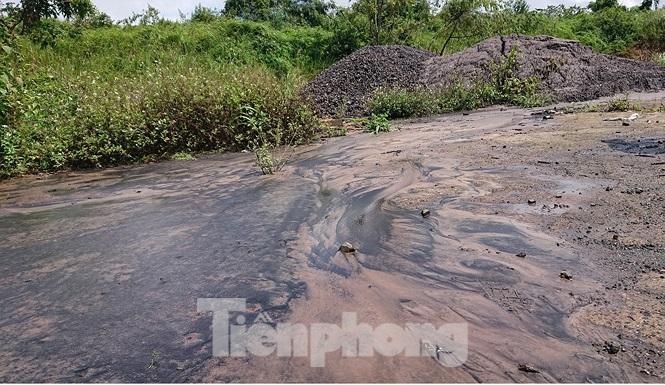 Chất thải nhà máy Alumin Nhân Cơ đổ trái phép gần nhà dân Ảnh 5