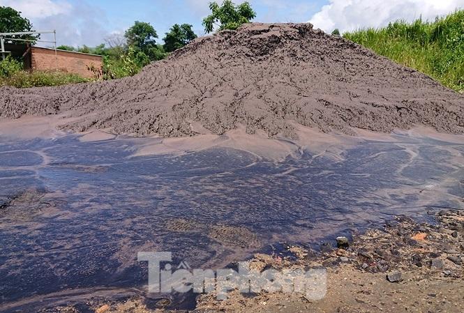 Chất thải nhà máy Alumin Nhân Cơ đổ trái phép gần nhà dân Ảnh 1