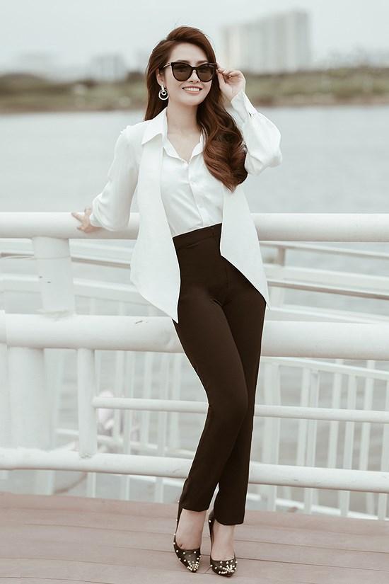 Các kiểu diện đồ trắng sành điệu và gợi cảm thu hút của chị em văn phòng Ảnh 3
