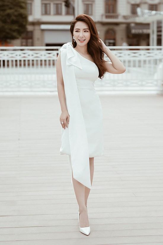 Các kiểu diện đồ trắng sành điệu và gợi cảm thu hút của chị em văn phòng Ảnh 8