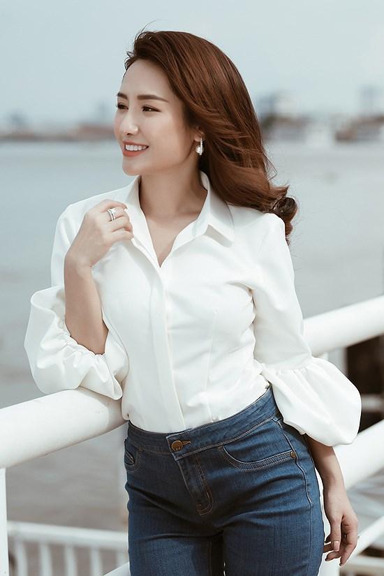 Các kiểu diện đồ trắng sành điệu và gợi cảm thu hút của chị em văn phòng Ảnh 2