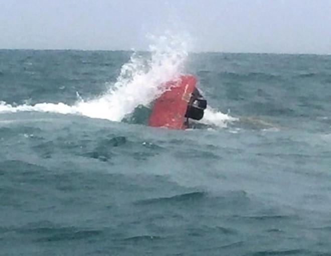 Tàu cá bị sóng lớn đánh chìm, 7 ngư dân thoát chết thần kỳ Ảnh 1