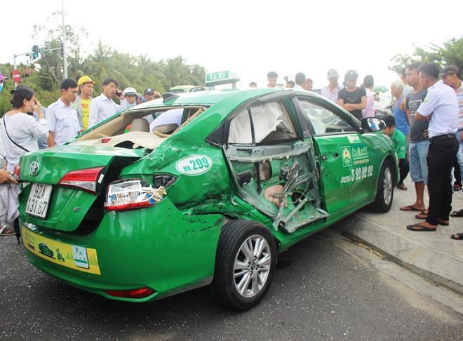 Xe tải tông taxi bẹp dúm, 1 du khách tử vong ở Quảng Nam Ảnh 1