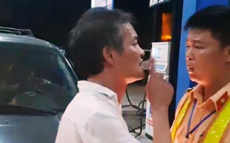 Tài xế xe biển xanh say rượu tát CSGT ở Thanh Hóa không có GPLX Ảnh 1