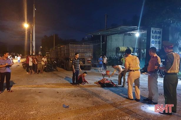 Vợ chủ gara ôtô ở Hà Tĩnh chết thảm dưới gầm xe đầu kéo khi chui lấy kích Ảnh 1