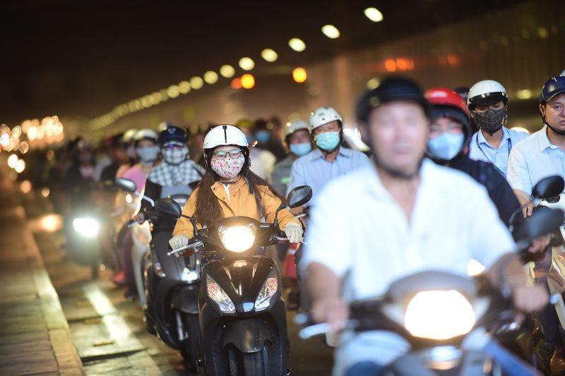 Theo làn răm rắp, cả dòng xe nối đuôi vào hầm vượt sông lớn nhất Việt Nam Ảnh 8