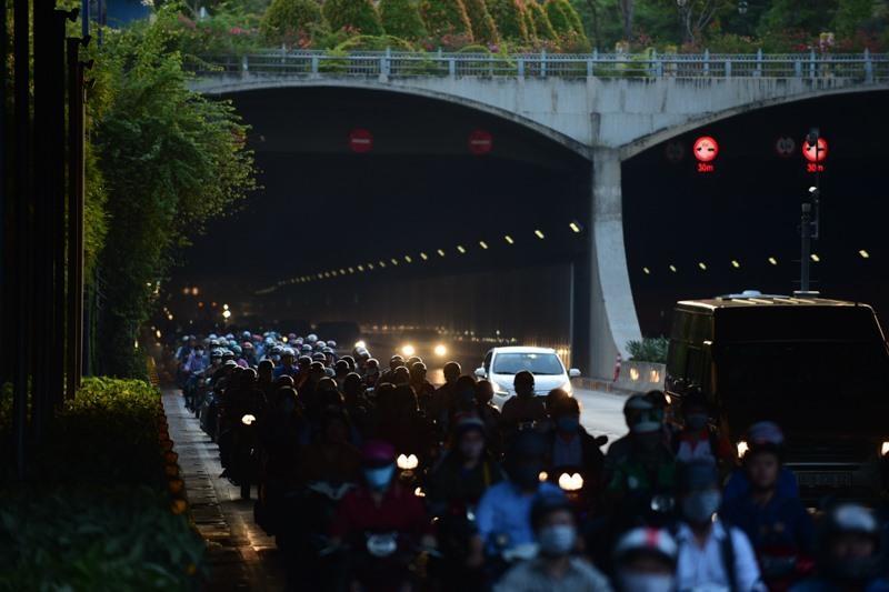 Theo làn răm rắp, cả dòng xe nối đuôi vào hầm vượt sông lớn nhất Việt Nam Ảnh 7