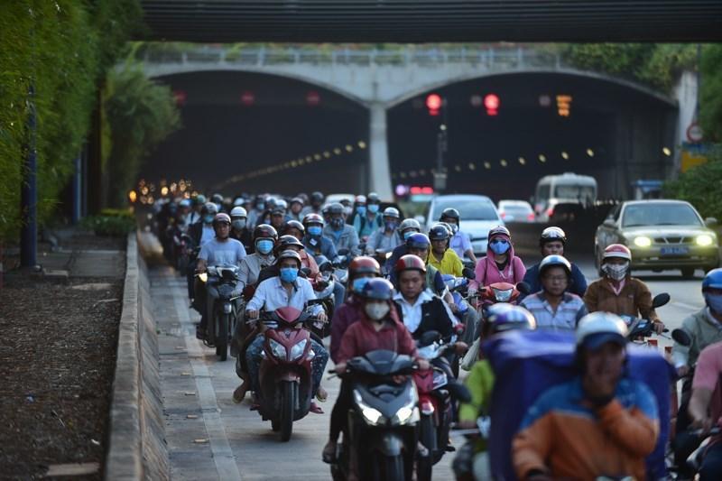 Theo làn răm rắp, cả dòng xe nối đuôi vào hầm vượt sông lớn nhất Việt Nam Ảnh 2