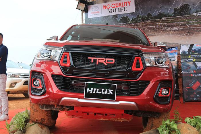 Giá xe Toyota Hilux mới nhất tháng 9: Thêm phiên bản mới Hilux 2.4E máy dầu 4x2 MT Ảnh 1