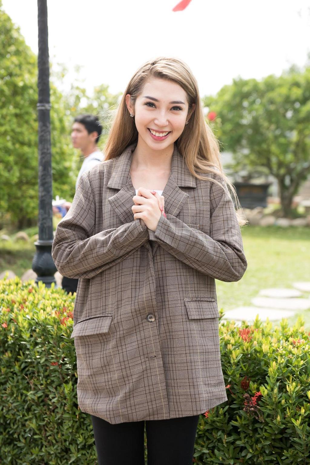 Hoài Lâm nắm tay vợ đi lễ Tổ ở nhà thờ của Hoài Linh Ảnh 8