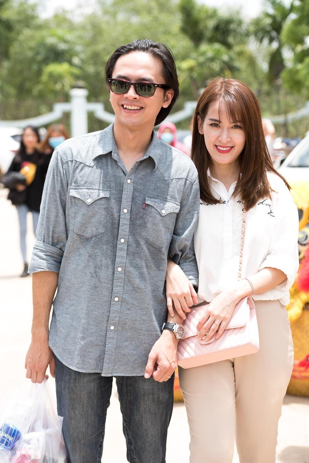 Hoài Lâm nắm tay vợ đi lễ Tổ ở nhà thờ của Hoài Linh Ảnh 10