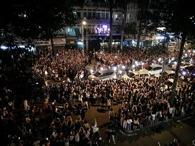 Cảnh sát dùng chích điện để giải tán đám đông đón sao Hàn ở TP.HCM Ảnh 1