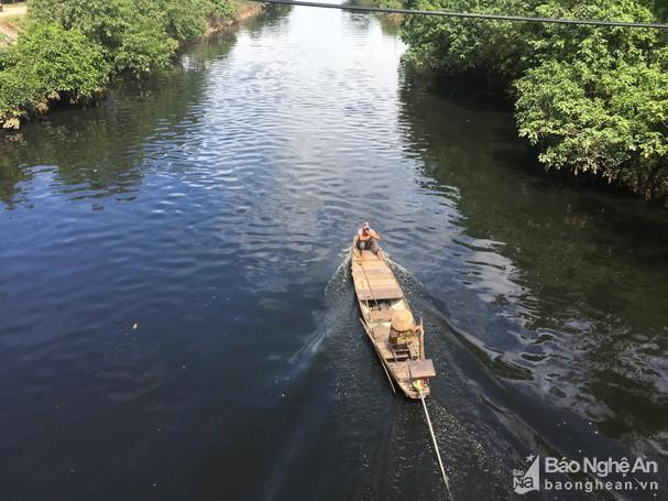 Sông Vinh, sông Đào chuyển màu đen ngòm, bốc mùi hôi thối Ảnh 1