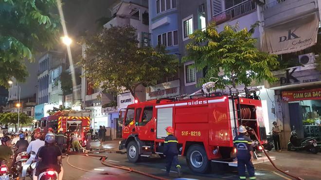 Cháy nhà ở trung tâm TP.HCM, người dân tá hỏa ôm tài sản tháo chạy Ảnh 1