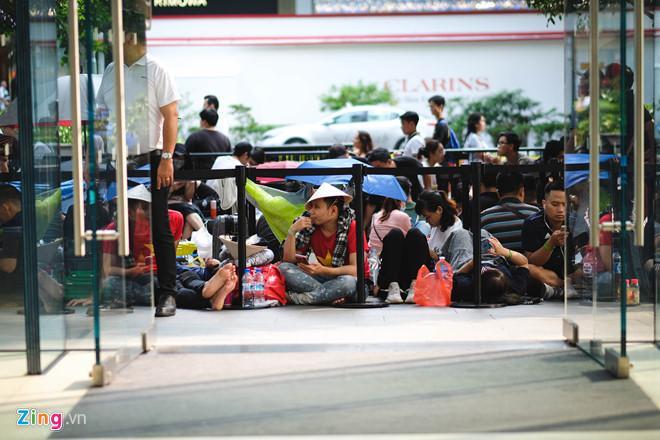 Người Việt xếp hàng ở Singapore được mua 6 chiếc iPhone 11 Ảnh 1