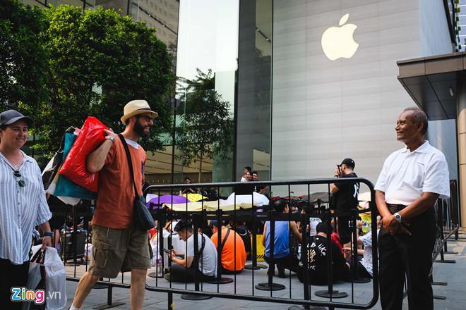 Người Việt xếp hàng ở Singapore được mua 6 chiếc iPhone 11 Ảnh 2