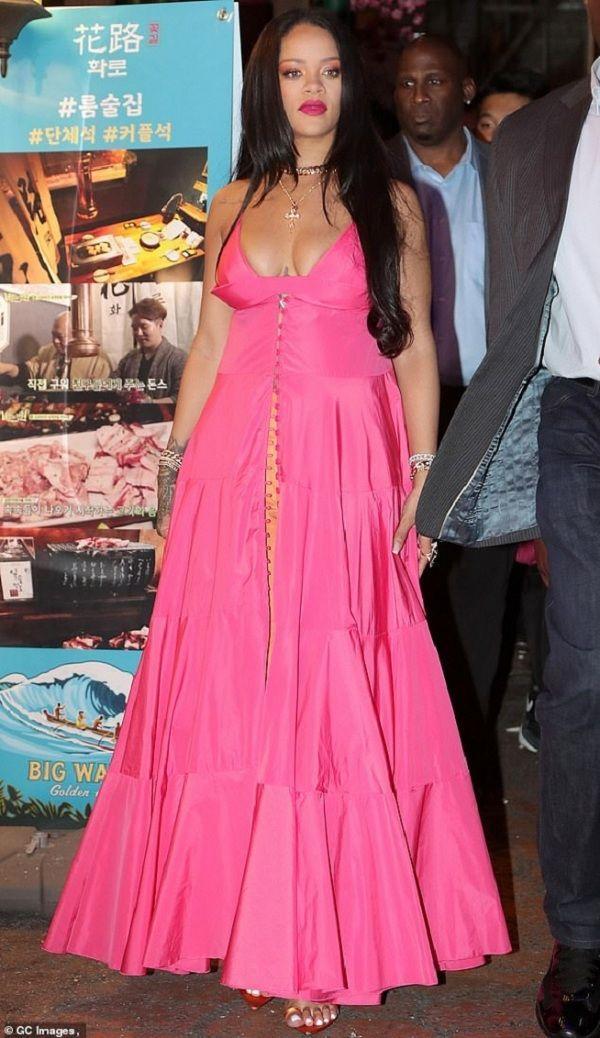 Jennie Black Pink sánh vai cùng Rihanna 'căng tràn' vòng 1 tại sự kiện mỹ phẩm khiến fan 'vỡ òa' Ảnh 3