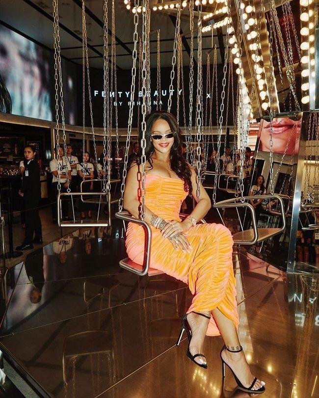 Jennie Black Pink sánh vai cùng Rihanna 'căng tràn' vòng 1 tại sự kiện mỹ phẩm khiến fan 'vỡ òa' Ảnh 5