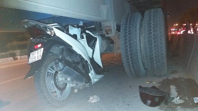 Xe máy tông lọt gầm container ở TP.HCM Ảnh 1