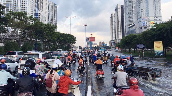 Triều cường lên cao, người Sài Gòn lội nước về nhà Ảnh 2