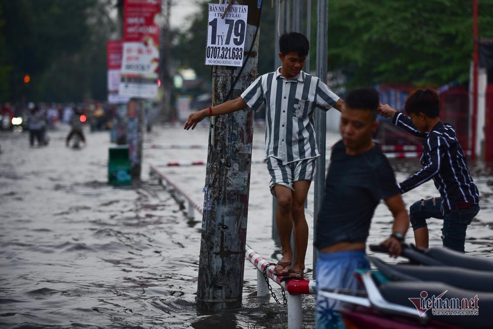 Mẹ bồng con mò mẫm lội đường Sài Gòn ngày triều cường kỷ lục Ảnh 8