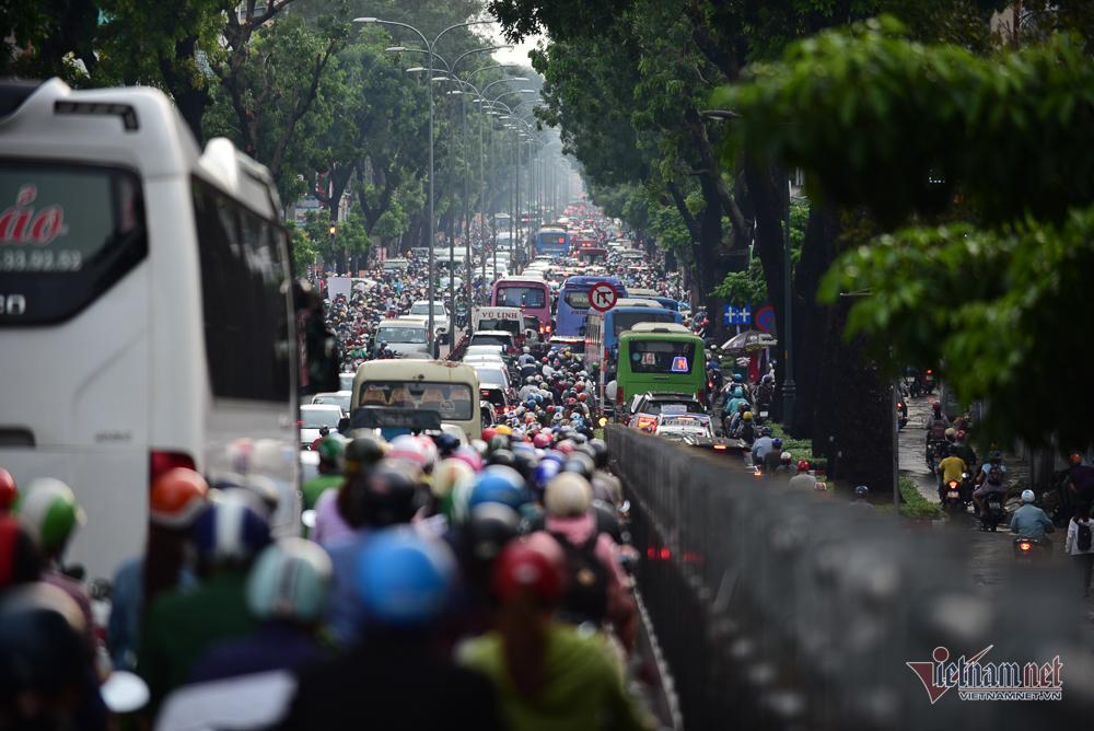 Mẹ bồng con mò mẫm lội đường Sài Gòn ngày triều cường kỷ lục Ảnh 15