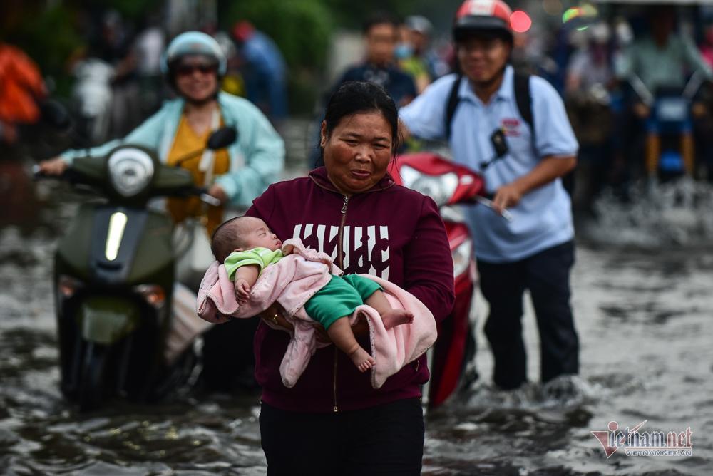 Mẹ bồng con mò mẫm lội đường Sài Gòn ngày triều cường kỷ lục Ảnh 1