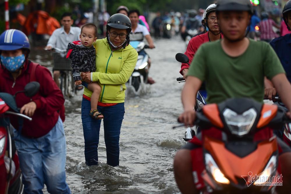 Mẹ bồng con mò mẫm lội đường Sài Gòn ngày triều cường kỷ lục Ảnh 3