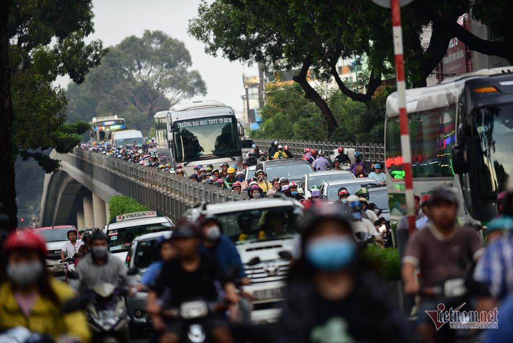 Mẹ bồng con mò mẫm lội đường Sài Gòn ngày triều cường kỷ lục Ảnh 16