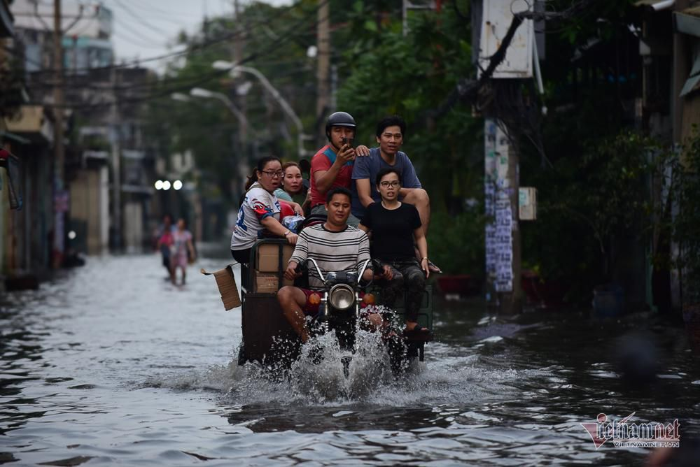 Mẹ bồng con mò mẫm lội đường Sài Gòn ngày triều cường kỷ lục Ảnh 7