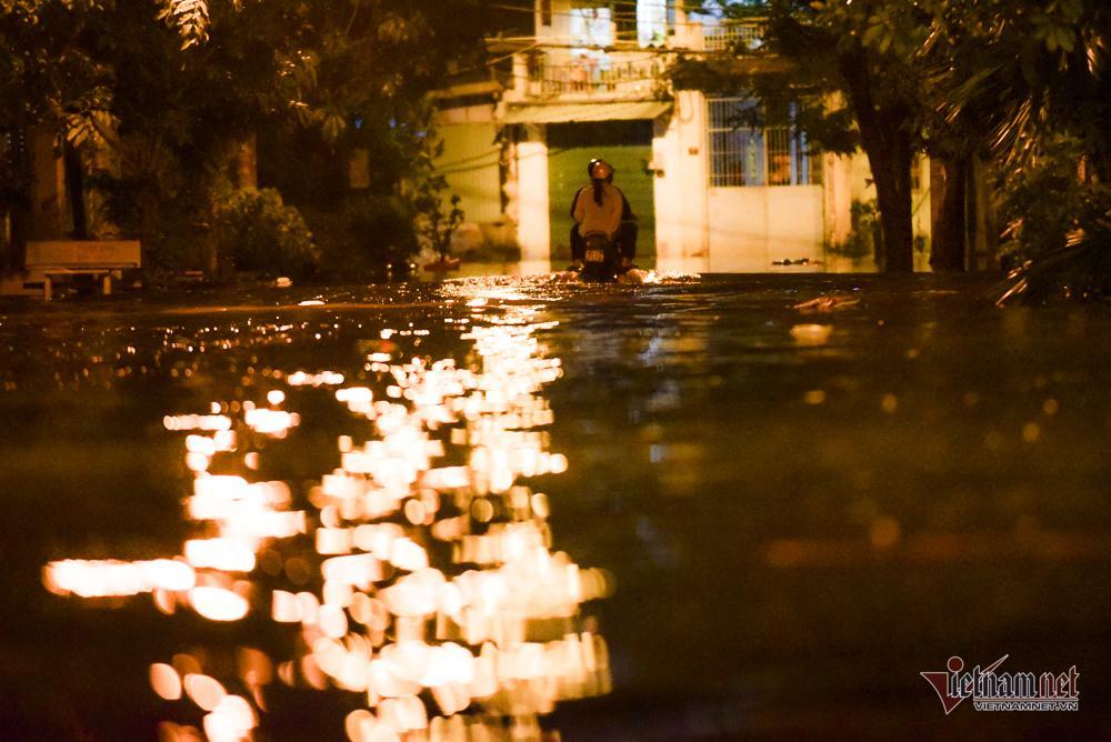 Mẹ bồng con mò mẫm lội đường Sài Gòn ngày triều cường kỷ lục Ảnh 17