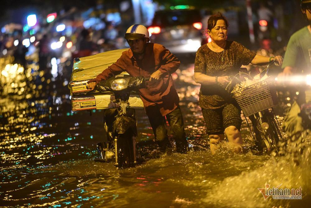Mẹ bồng con mò mẫm lội đường Sài Gòn ngày triều cường kỷ lục Ảnh 14