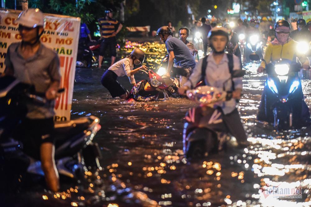 Mẹ bồng con mò mẫm lội đường Sài Gòn ngày triều cường kỷ lục Ảnh 11